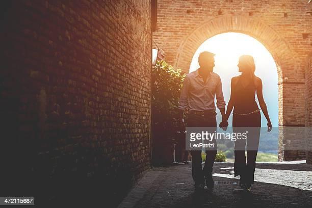 Couple marchant dans la vieille ville