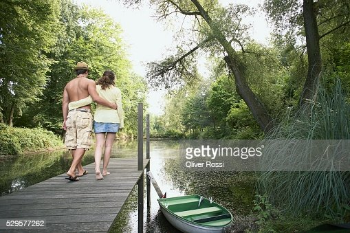 Couple Walking on Dock : Stockfoto