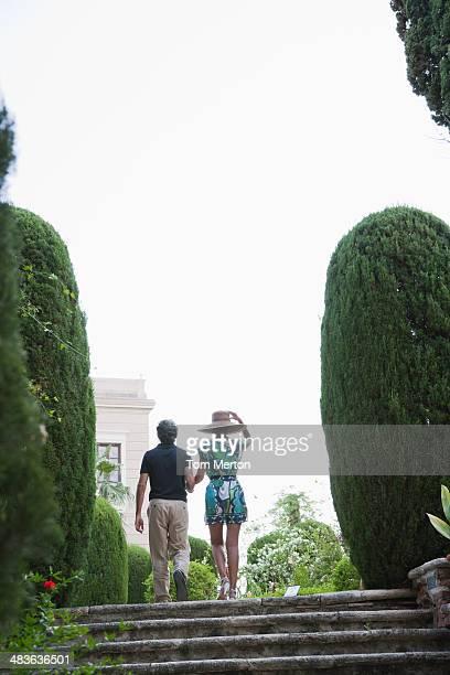 Paar walking auf Treppe