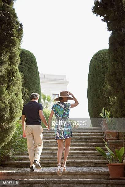 Paar walking im Freien mit Treppe