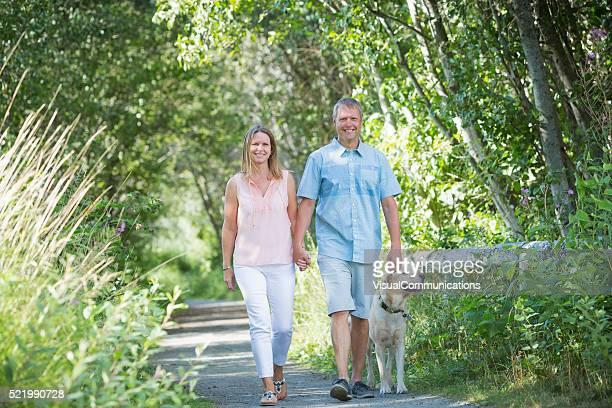 Paar beim Gehen mit Hund.