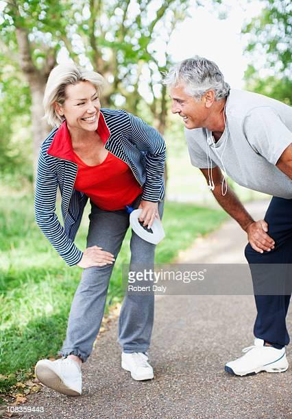 Couple échauffement avant de vous entraîner