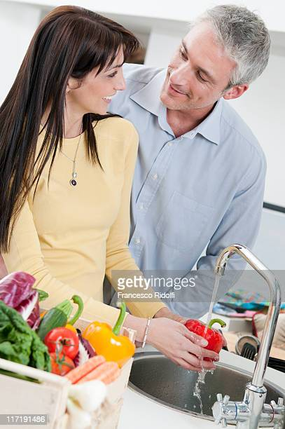 Couple de laver légumes frais
