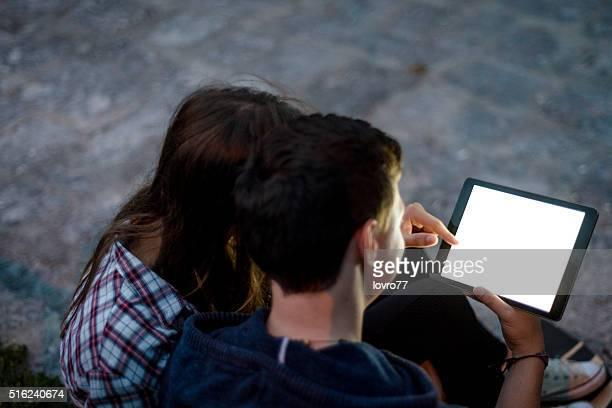 Coppia guardando video su tavoletta digitale