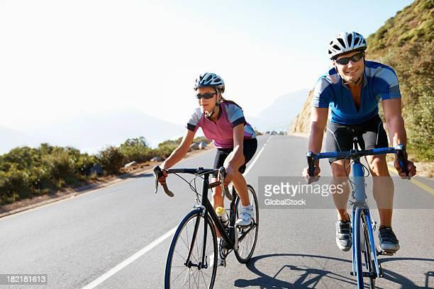 Paar tragen Sicherheitsausrüstung Radfahren auf die country road