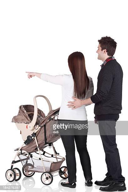 Paar mit einem Kinderwagen spazieren