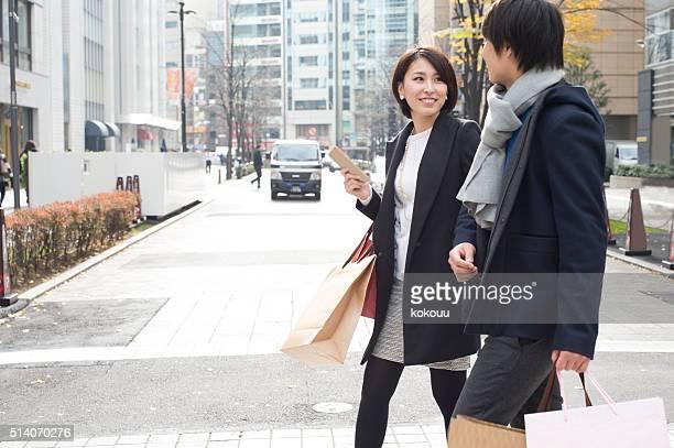 Paar mit einer shopping-Datum