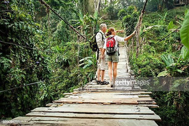 Casal com mochila caminhada na Floresta pluvial