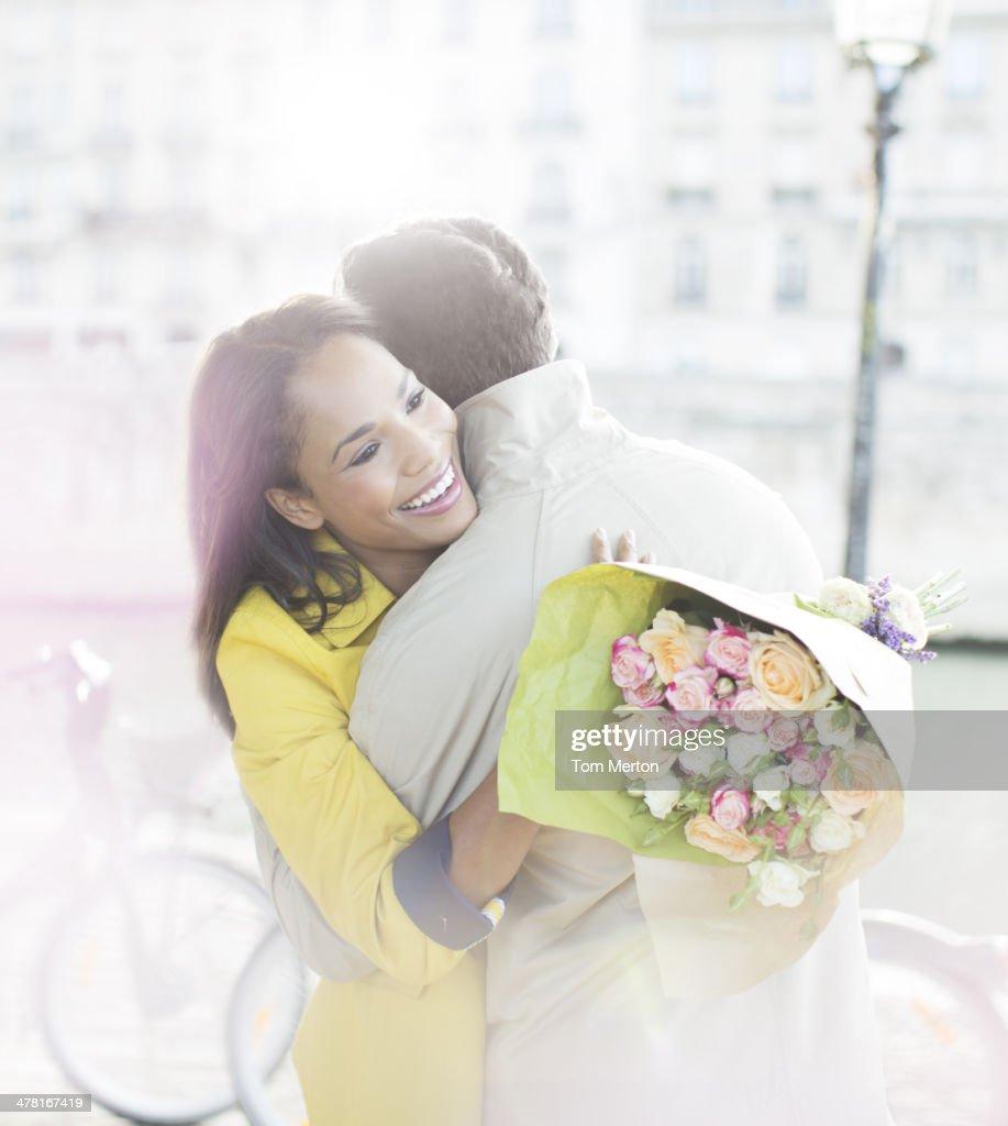 Paar mit Blumenstrauß an Seine körpernahe : Stock-Foto