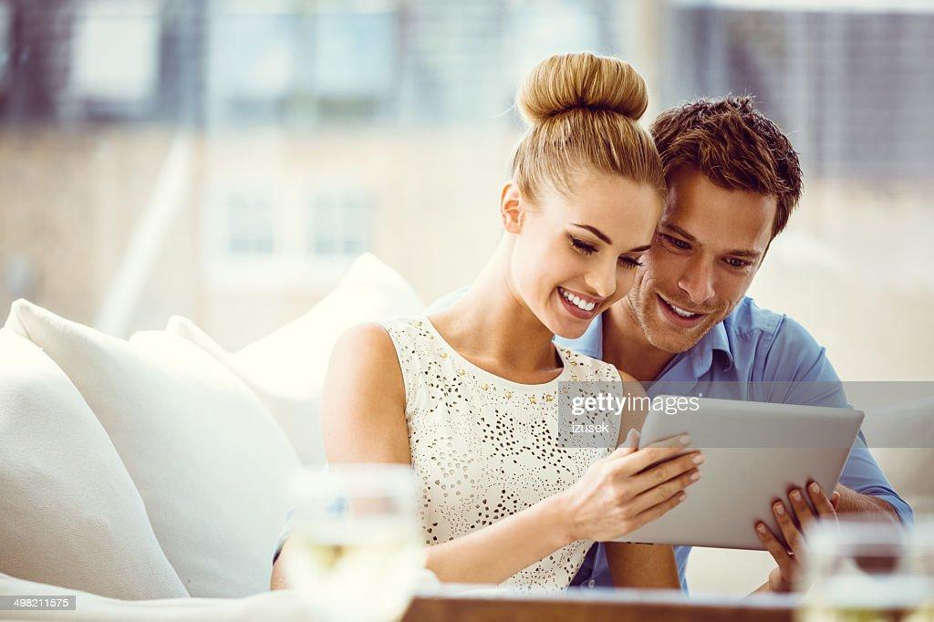 Couple avec Tablette numérique : Photo