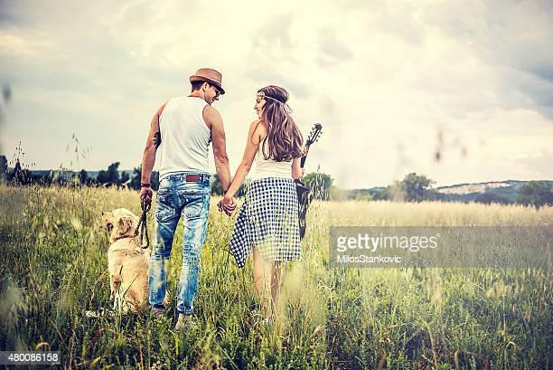 Paar mit Hund in der Natur