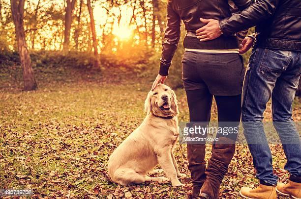 Paar mit Hund im Freien