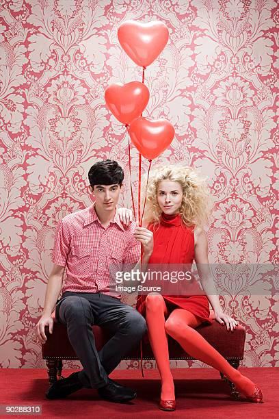 Paar mit herzförmigen Ballons