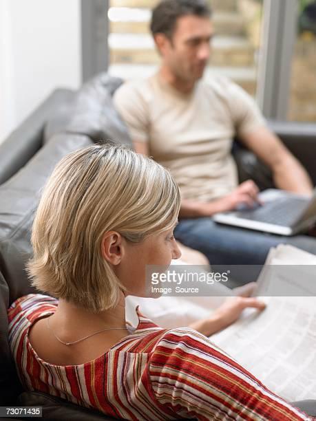 Paar mit Zeitung und laptop