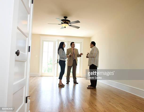 Couple en agence immobilière recherche à nouveau chez-vous