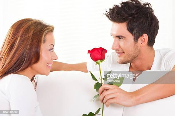 Paar mit einer roten Rose