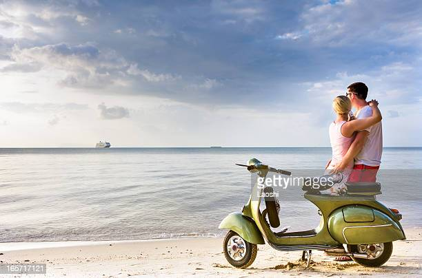 Coppia in vacanza con scooter vintage
