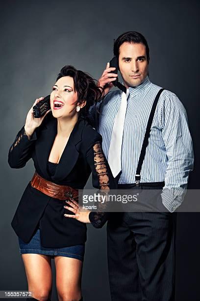 Couple avec rétro gadgets