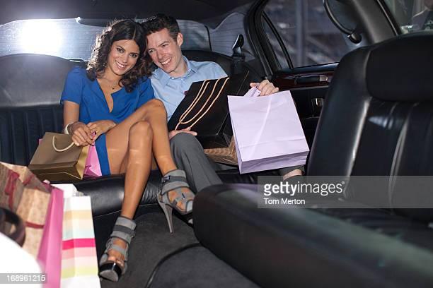 Paar mit Einkaufstaschen in hektischen der Limousine