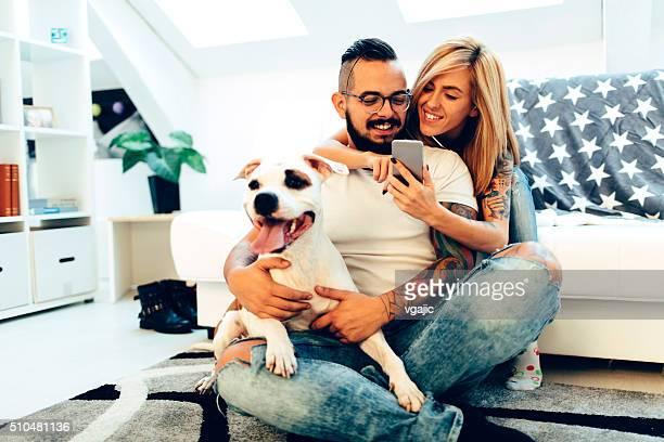 Paar mit Ihrem Hund wie zu Hause fühlen.