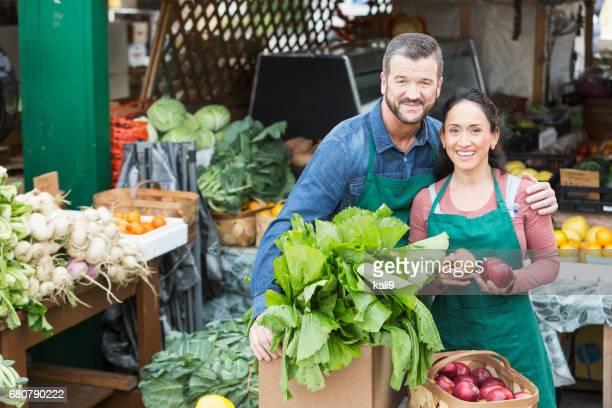 Couple travaillant dans le secteur des fruits et légume stand