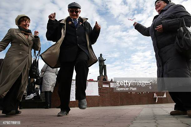 Couples dance in Lenin Square on March 17 2014 in Simferopol Ukraine Voters on the autonomous Ukrainian peninsular of Crimea voted overwhelmingly...