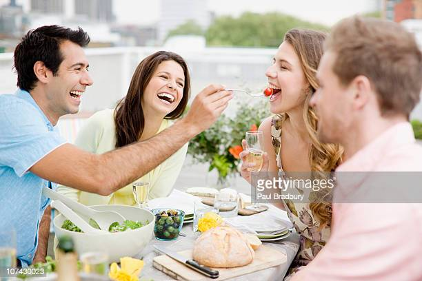 Le coppie godendo party con balcone