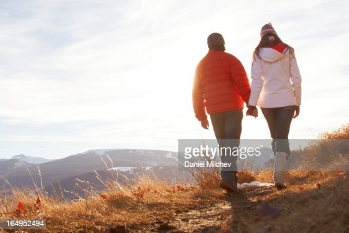 Couples holding hands, while waling on a trail. : Foto de stock