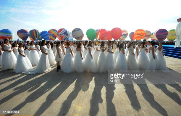 Couples line up to ride on hot air balloons in their wedding during 2017 World Flyin Expo on November 6 2017 in Wuhan Hubei Province of China The...