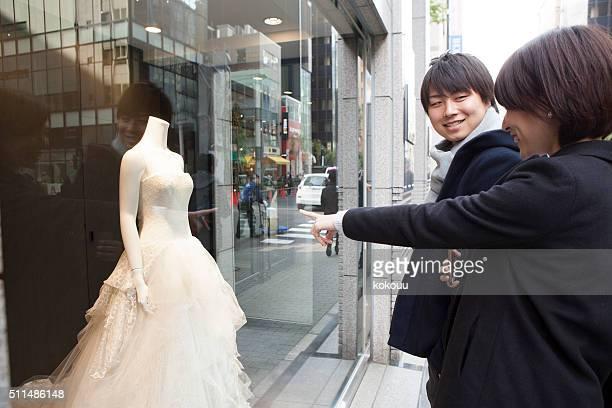 カップル向けのウェディングドレスのウィンドウ