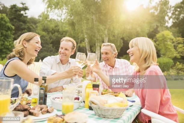 カップルの乾杯ワイングラスでテーブルの裏庭