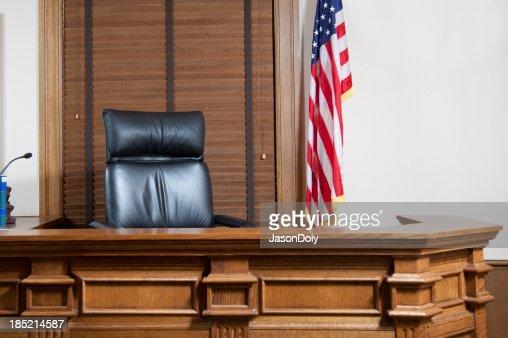 法廷ベンチ