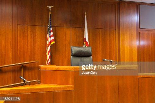 法廷証人およびベンチスタンド