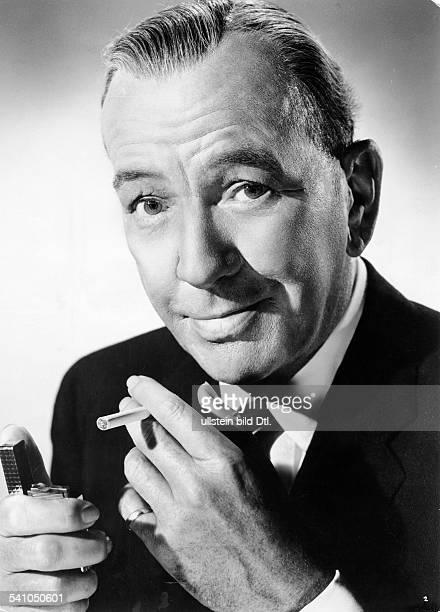 Coward Noel *18991973Schriftsteller Schauspieler GBmit Zigarette und Feuerzeug