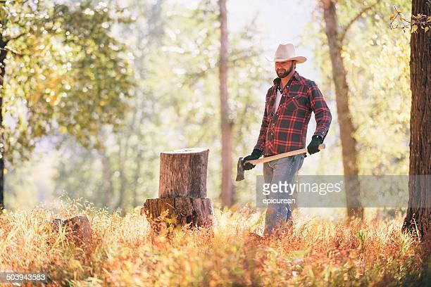 Cowboy tragen axe zu Fuß zum chop Holz in den Wald
