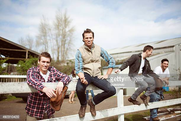 Cowboy amis traîner sur Ranch