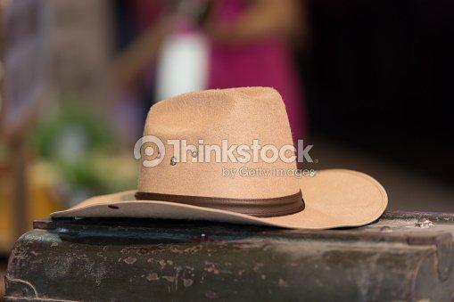 8e312587cae5d Chapéu de cowboy no velho caixa colocar   Foto de stock