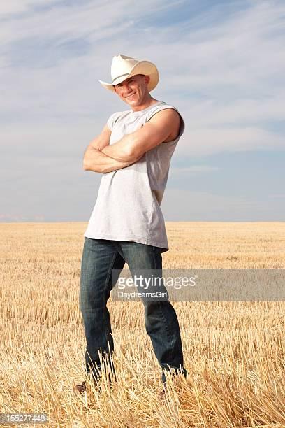 Cow-boy dans champ pleine fleur
