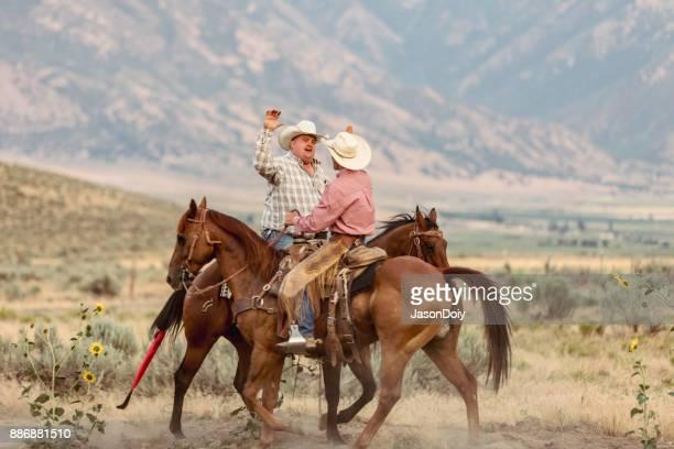Cow-Boys haute cinq à cheval