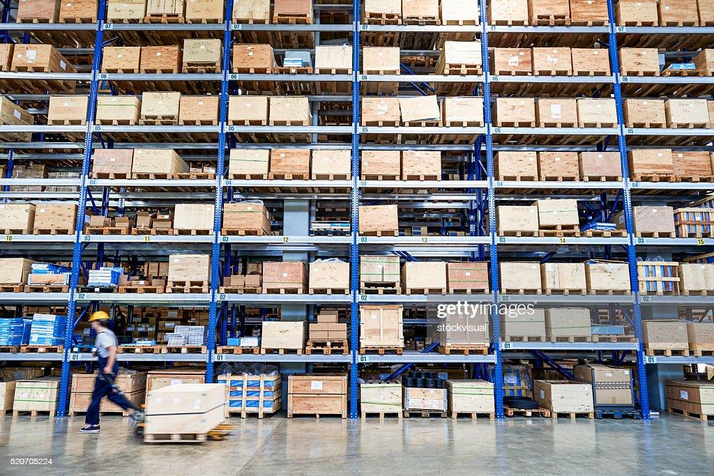 Colega de trabalho transporte caixa de papelão no armazém. : Foto de stock