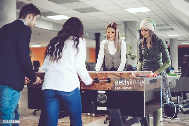 Collègues de travail se jouer au baby-foot