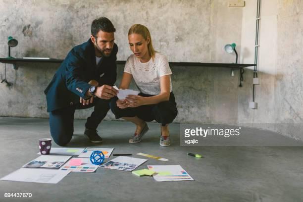 Mitarbeiter im Büro zusammenarbeiten