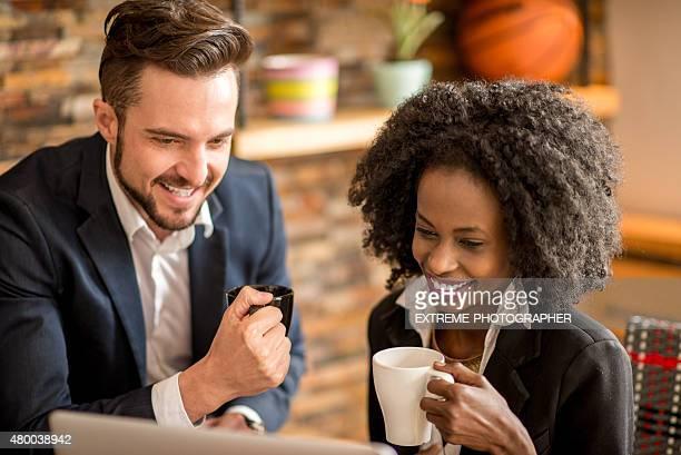 Collègues boire du café ensemble