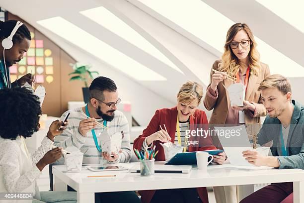 Kollegen haben Mittagspaus'in ihrer Inbetriebnahme Büro.