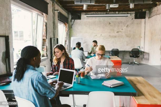 Mitarbeiter in einem offenen Raum-Büro