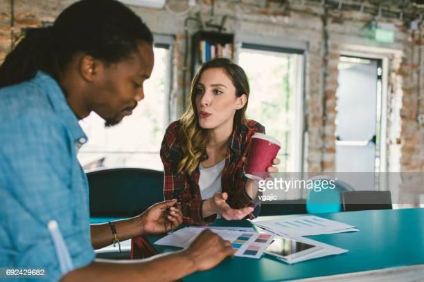 Kollegen auf Treffen in einem Büro