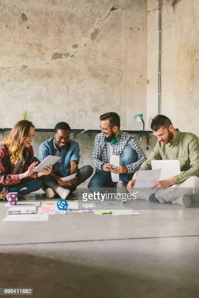 Kollegen auf Treffen im Büro