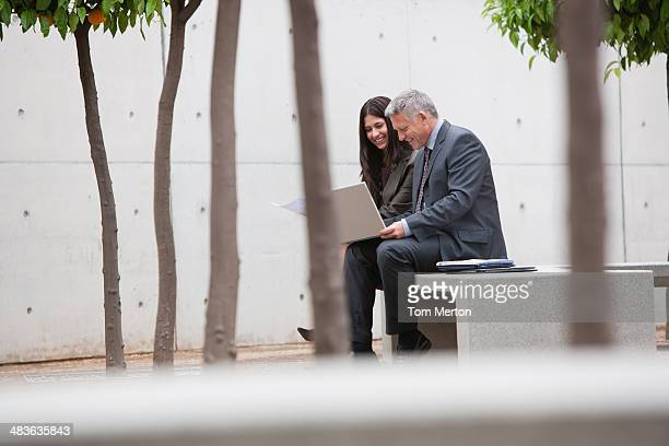 Mitarbeiter sprechen auf office building courtyard