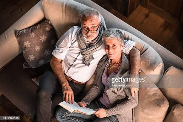 Kuschelige Paar auf der Couch