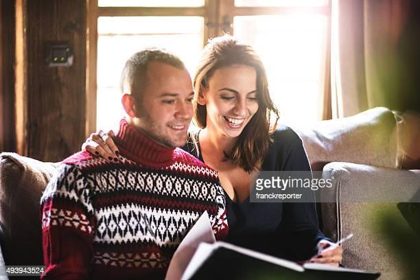 Kuschelige Paar auf dem sofa ein Buch zu lesen
